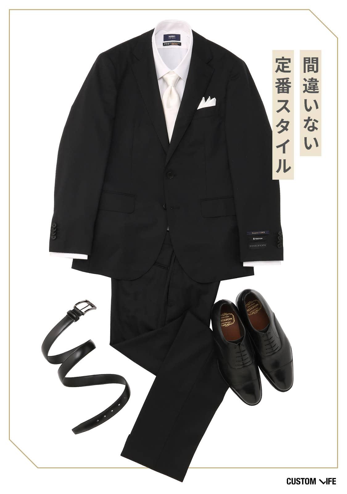 ブラックスーツに白シャツ白ネクタイ