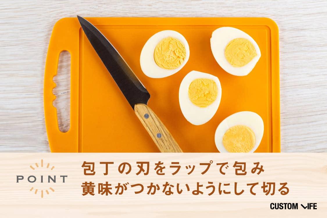 ゆで卵を包丁で切っている様子