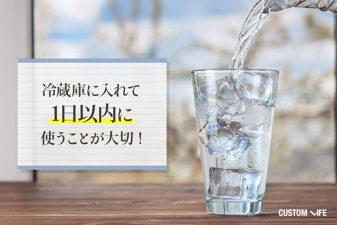 グラスに氷水を注いでいる様子