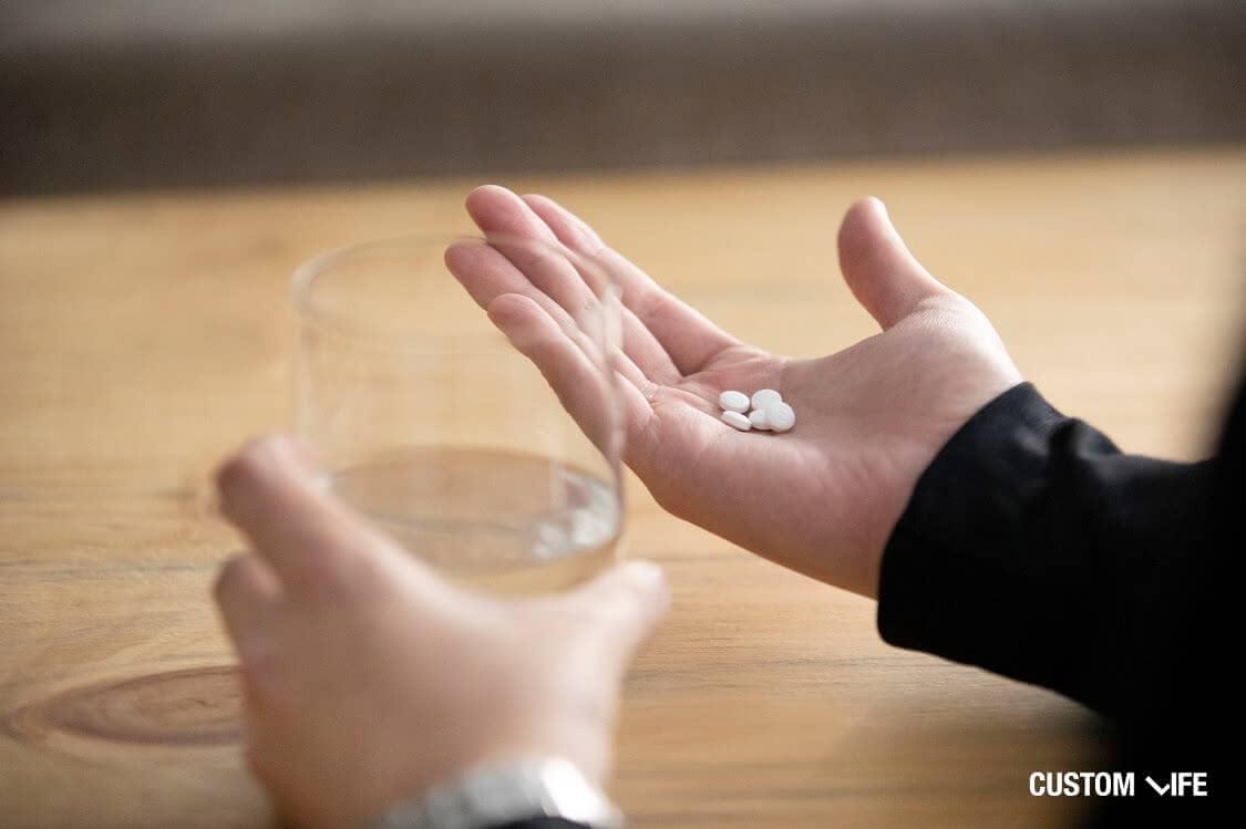 薬を服用しようとする男性