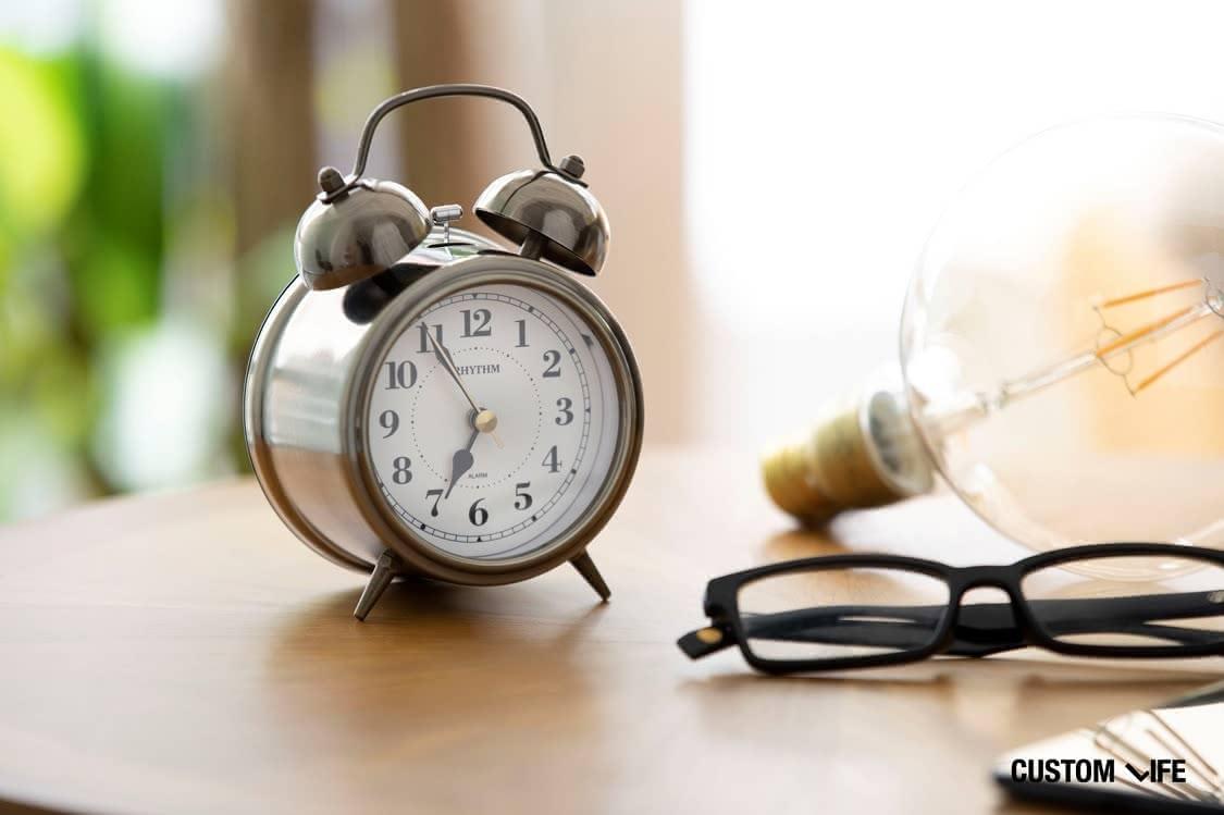 枕元の目覚まし時計