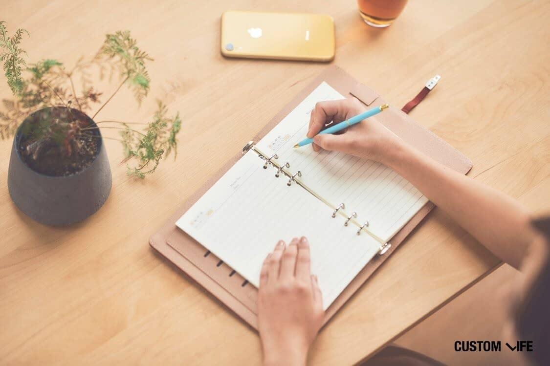 スケジュール帳を書く女性